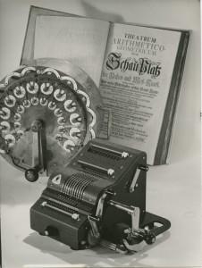 Hahn-Maschine und Leupold-Buch aus dem Brunsviga-Museum