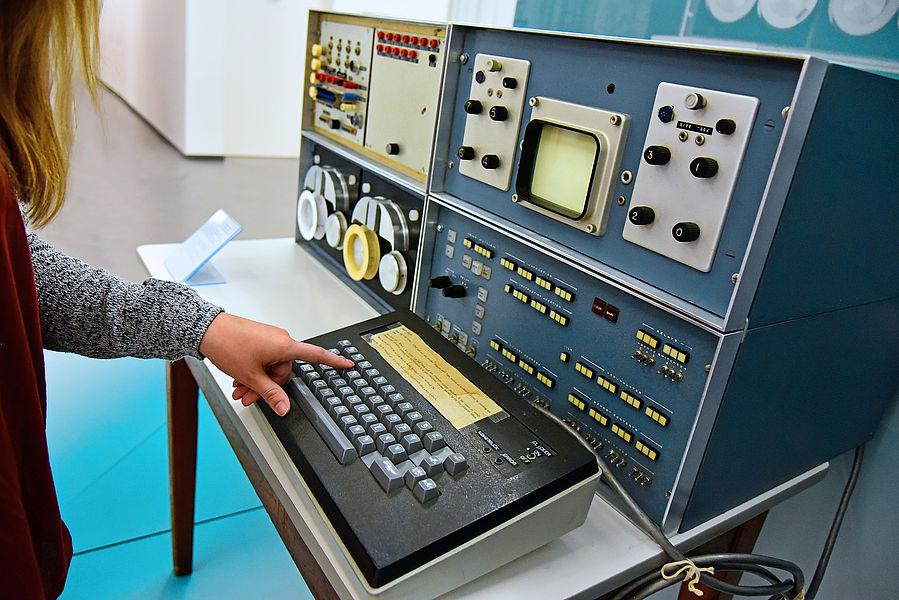 Persönlicher Minicomputer LINC mit kleinem Bildschirm
