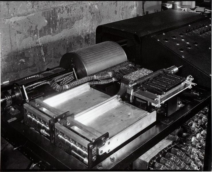 Drt Atanasoff-Berry-Computer: man erkennt einen Speicherzylinder und links davon den Zylinder für die Dezimal-Dual-Konversion. Die beiden Fächer nehmen Papiere zum Zwischenspeichern auf. (Foto Iowa State University)