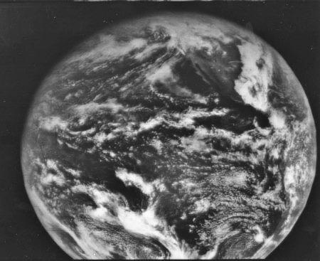 Das erste Erdfoto eines geostationären Satelliten (ATS-1) vom 11. Dezember 1966