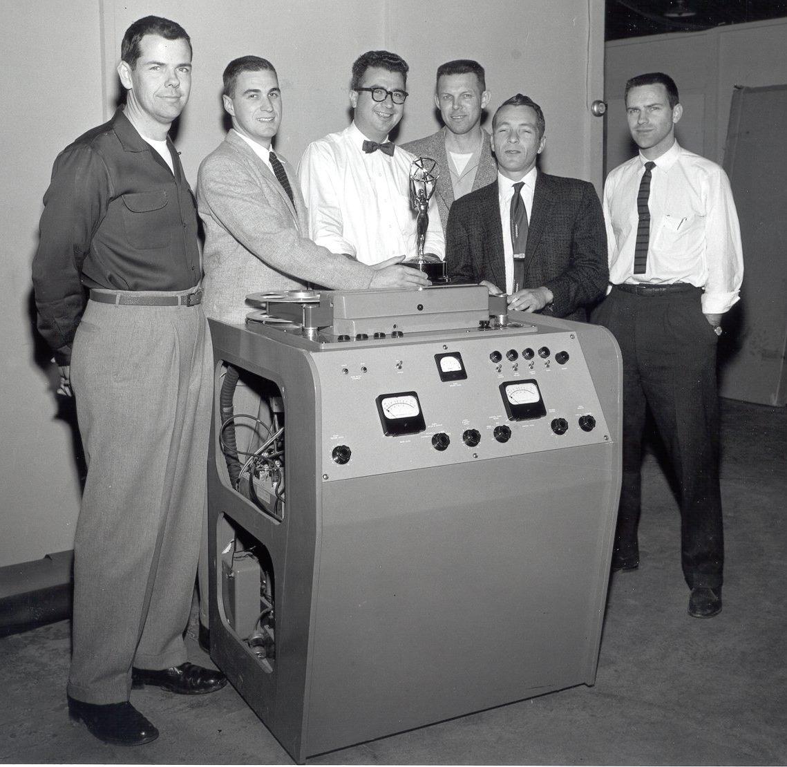 Das Ampex-Team mit seinem Rekorder; Zweiter von links ist Ray Dolby (Foto Ampex)