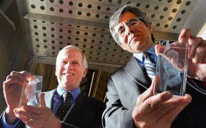 Robert Garner (links) und Raúl Rojas 2014 mit ihren Trophäen (Foto (c) John Robertson)